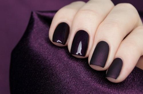 125764 dark violet nails
